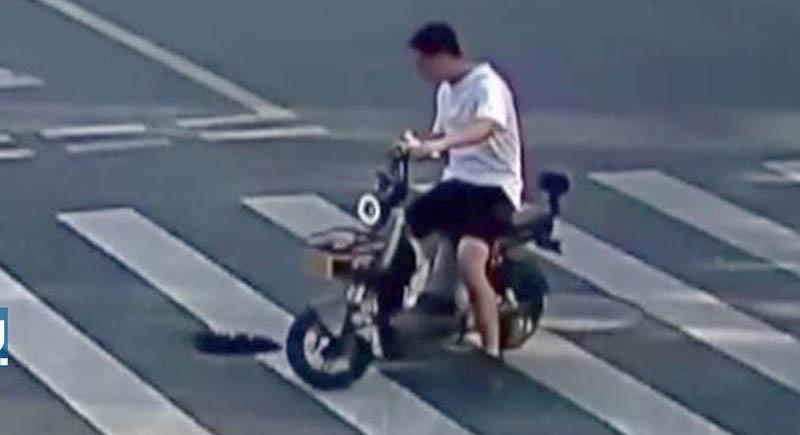 شاب ينفذ حيلة ذكية لإنقاذ السيارات من حفرة في الطريق (فيديو)