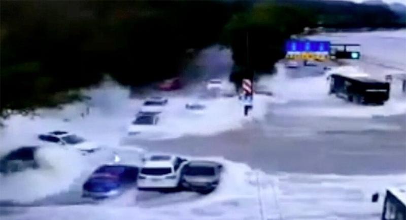 فيضان نهر ضخم يجرف عددا من السيارات في الصين (فيديو)