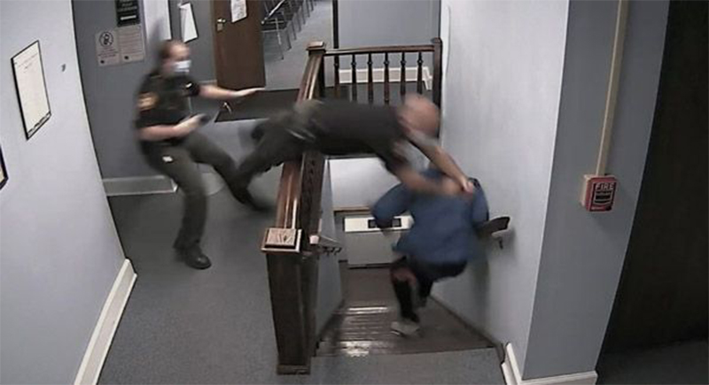 هروب متهم من قاعة المحكمة بعد الحكم عليه (فيديو)