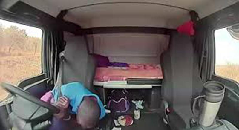 سائق شاحنة ینجو بأعجوبة من إطلاق نار أثناء قيادته (فيديو)