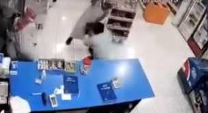 السعودية.. محاولة سطو على متجر تتحول إلى كابوس (فيديو)