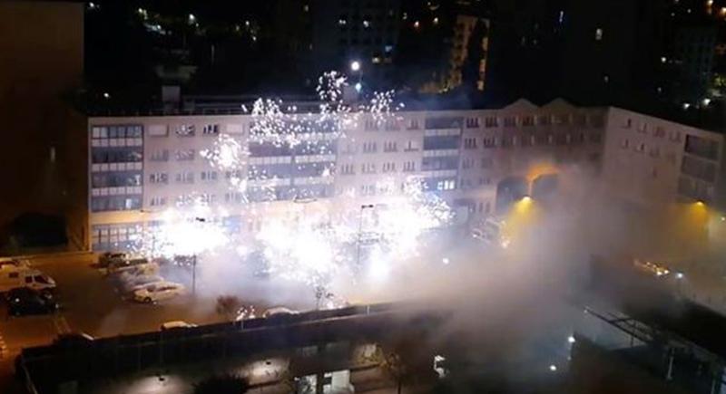 هجوم على مركز شرطة في باريس باستخدام الألعاب النارية (فيديو)