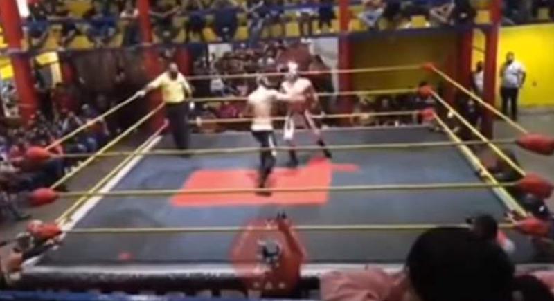 شاهد لحظة وفاة مصارع شهير بضربة قوية من خصمه