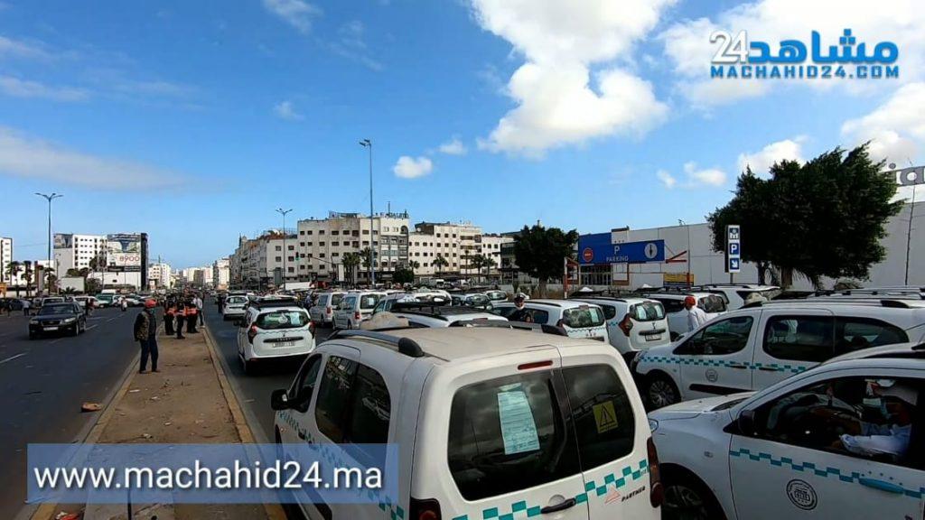 بالصور.. سائقو سيارات الأجرة يقودون احتجاجات بالبيضاء لتوحيد القرارات