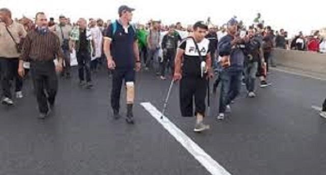 الجزائر.. مواجهات عنيفة بين قوات الأمن والعسكريين المتقاعدين والمعطوبين