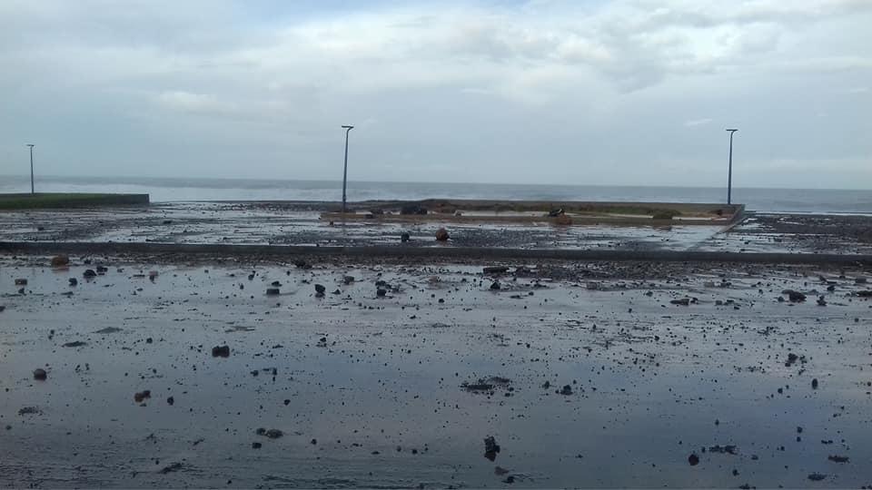 أمواج عاتية تضرب الطريق الساحلي بسلا وتخلف خسائر مادية
