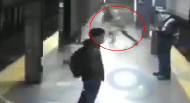 مشهد صادم.. شاب يدفع امرأة في نيويورك تحت عجلة القطار (فيديو)