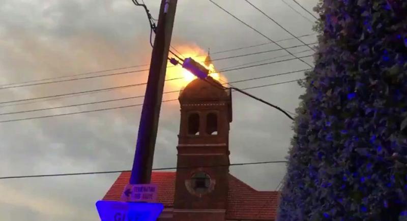 صاعقة تضرب برج كنيسة وتشعل النار فيه (فيديو)