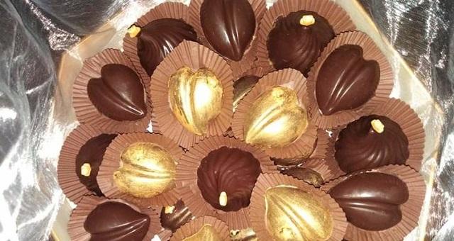 قطع الشوكولا السوداء محشية بالكراميل واللوز
