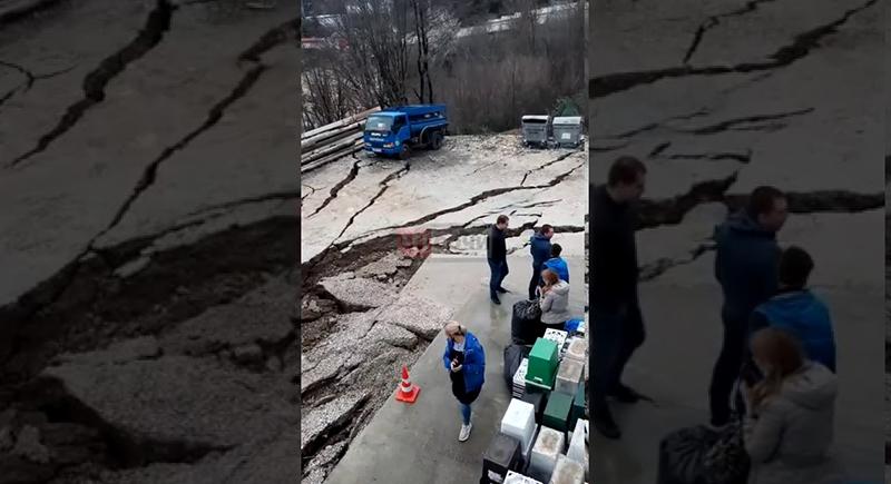 انهيار أرضي يبتلع سيارة جنوبي روسيا (فيديو)