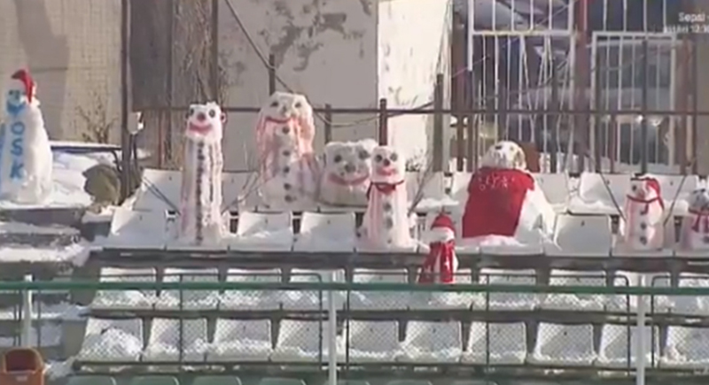 رجال من الثلج يؤازرون فريق كرة قدم (فيديو)