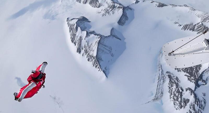 مغامر يطير فوق قمم جبال الألب مستخدما بذلة مجنحة (فيديو)