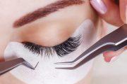 تهددها بالالتهابات.. إليك أضرار الرموش الصناعية على العين