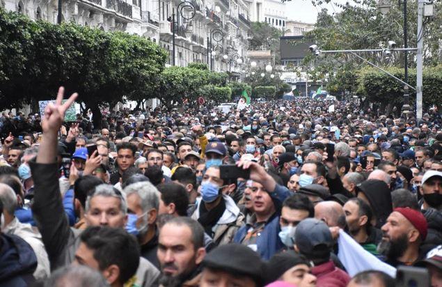 الحراك يعود بقوة.. آلاف الجزائريين يتظاهرون في