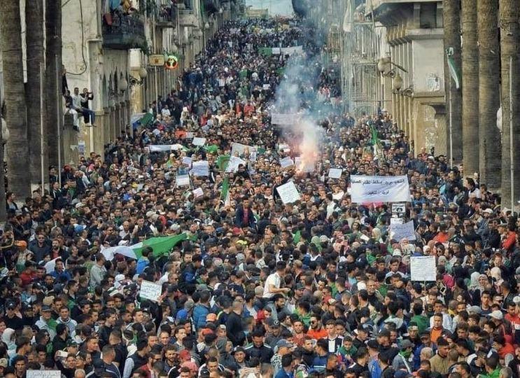 الأكبر منذ عودة الحراك.. الجزائر تهتز على وقع احتجاجات عارمة (صور وفيديو)