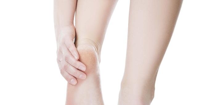 وصفة الشمع والحلبة لعلاج تشقق القدمين