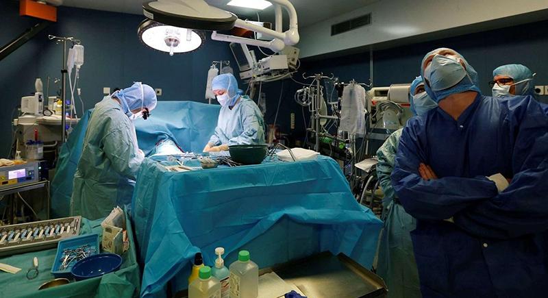 3 أسباب مدهشة وراء ارتداء الأطباء للونين الأخضر والأزرق في غرفة العمليات