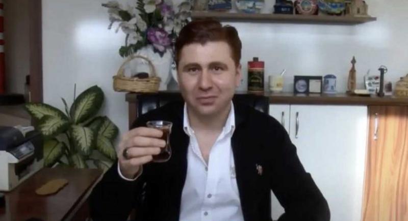 موظف ينتقم من مديره بوضع لعاب مصاب بكورونا في مشروبه