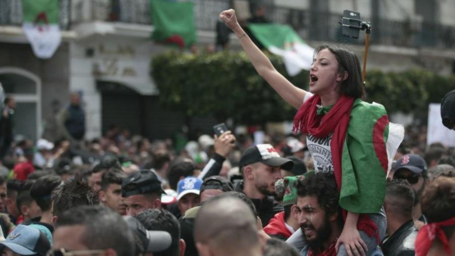 خبير أمريكي: النظام الجزائري يعيش أزمة كبيرة.. وانفجار الأوضاع وشيك
