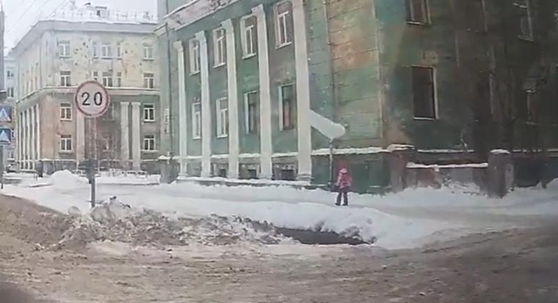 كتلة جليدية تكاد تودي بحياة طفلة (فيديو)