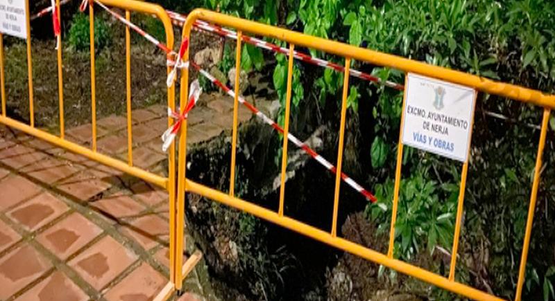 امرأة ظلّت عالقة بجوار زوجها المتوفّي لـ 9 ساعات داخل حفرة
