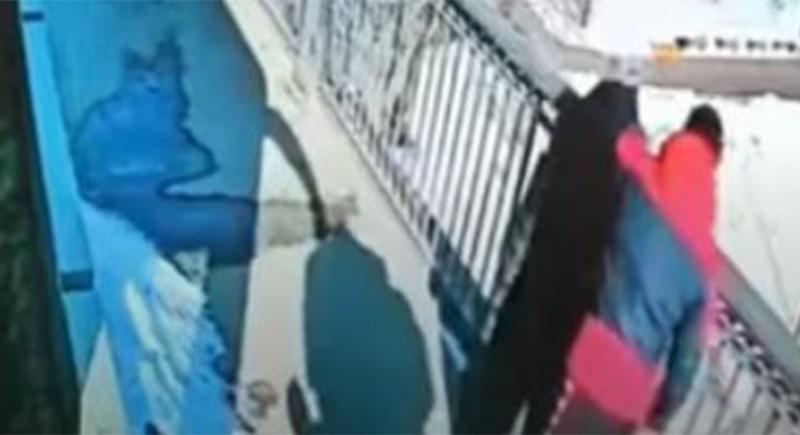 سائق ينقذ فتاة من الانتحار في اللحظة الأخيرة! (فيديو)