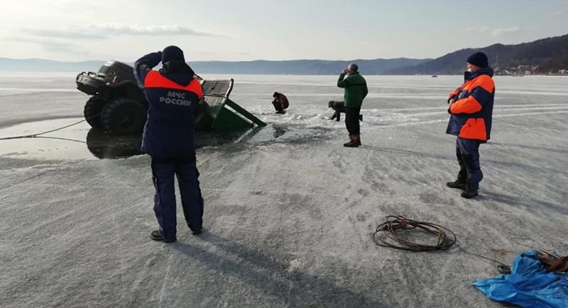 لحظة غرق شاحنتين روسيتين في بحيرة