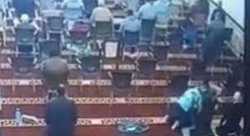 لحظة وفاة رجل أثناء صلاة التراويح (فيديو)