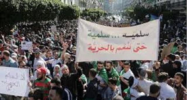 الجزائر.. النظام العسكري يحاول ترهيب الحراك لاحتواء زخم التظاهرات الاحتجاجية