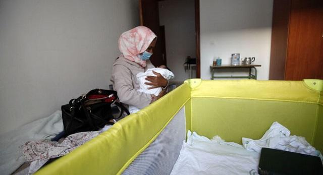 كن عالقات في إسبانيا.. المغرب ينهي معاناة 170 عاملة موسمية في جني الفراولة