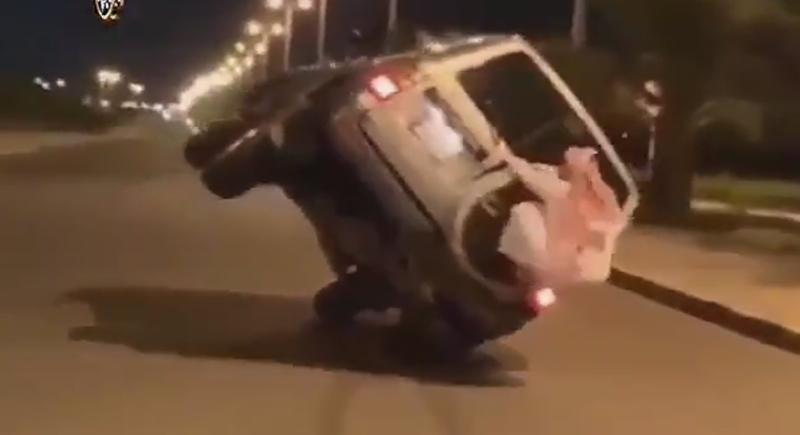 انفجار إطار سيارة أثناء سيرها على عجلتين فقط (فيديو)
