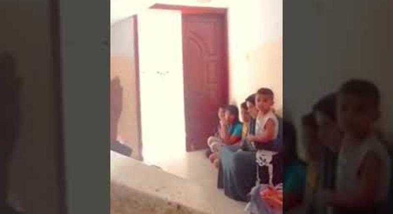 عائلة فلسطينية تحتمي بالدعاء أثناء قصف الاحتلال لمنزلهم (فيديو)
