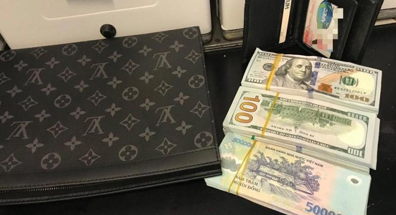 راكب يفقد محفظة بداخلها 45 ألف دولار نقدًا على متن طائرة