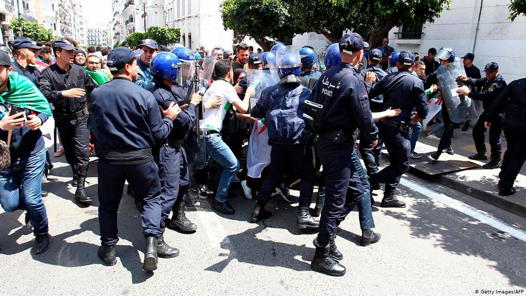 السلطات الجزائرية تقمع مسيرة الجمعة وتعتقل العشرات