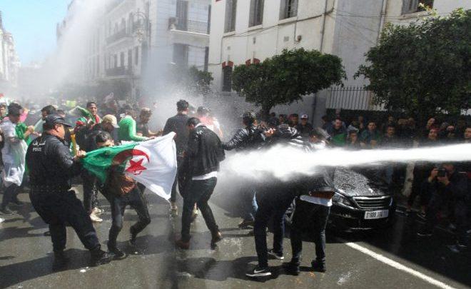 اعتقالات وقمع.. السلطات الجزائرية تمنع مسيرة الطلبة الـ115