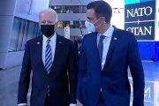 الرئيس الأمريكي يحرج سانشيز بلقاء قصير في ممر مقر