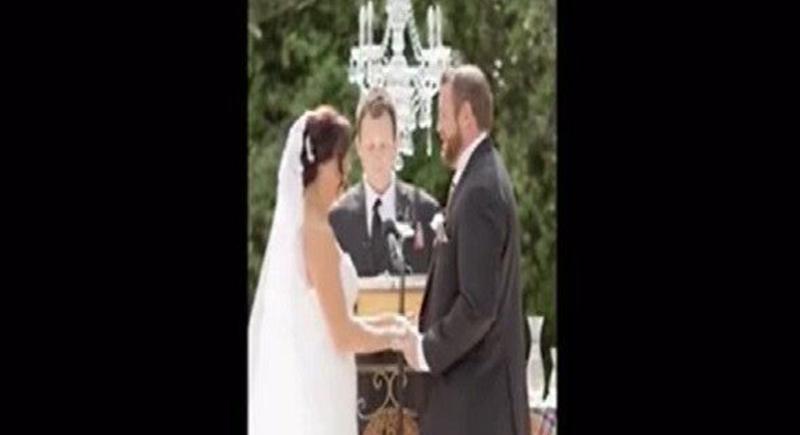 رجل يضرب زوجته أثناء حفل الزفاف بحضور الكاهن (فيديو)