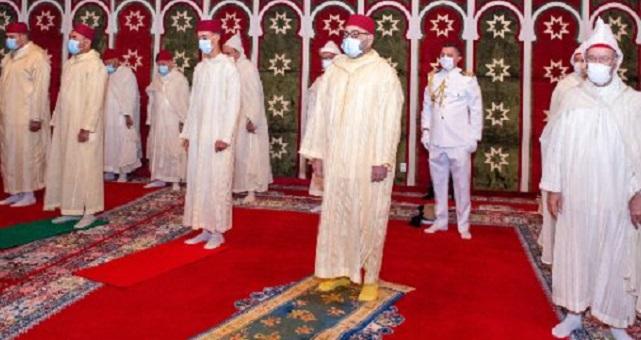 وسط تدابير وقائية.. الملك يؤدي صلاة عيد الأضحى ويقوم بنحر أضحية العيد
