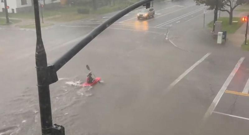 شاب يستغل غرق الشوارع بالأمطار ليمارس هوايته في التجديف (فيديو)