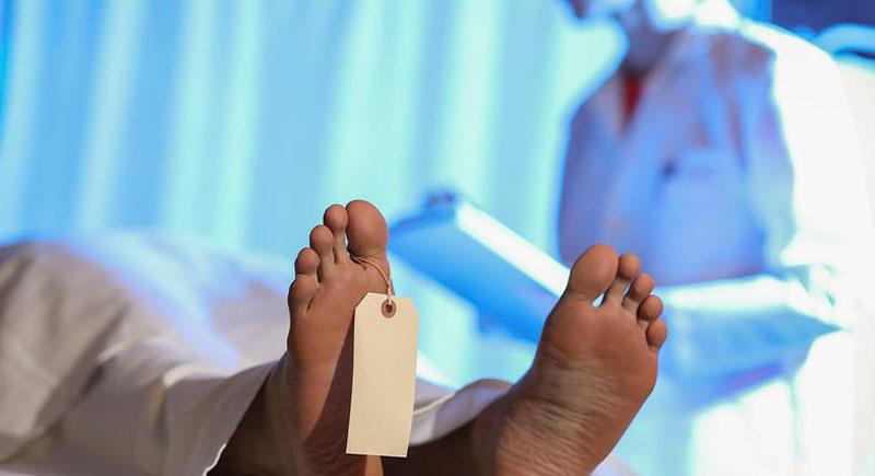 طالب طب يتعرض لموقف صادم في محاضرة تشريح: وجد جثة صديقه على الطاولة