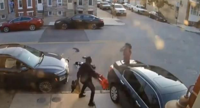 سيدة تحاول دهس زوجها بالسيارة عدة مرات (فيديو)