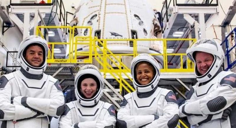 أول رحلة فضائية في تاريخ البشرية..4 سياح من دون رواد