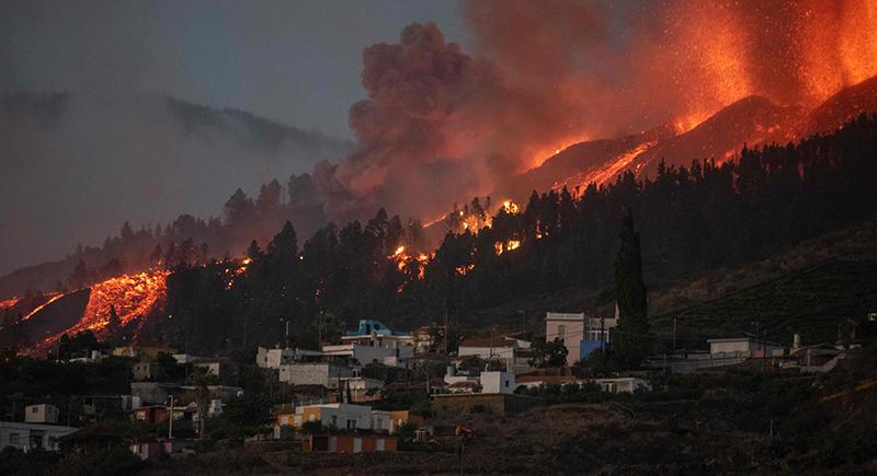 الحمم البركانية تدمر نحو 100 منزل في لا بالما الإسبانية