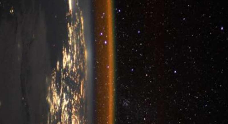 رائد فضاء يلتقط صورة