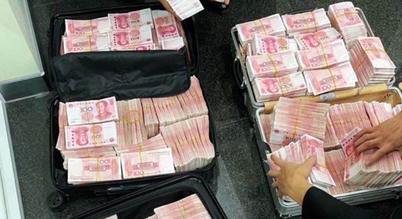 مليونير يعاقب موظفي بنك بطريقة غريبة.. والسبب كمامة!